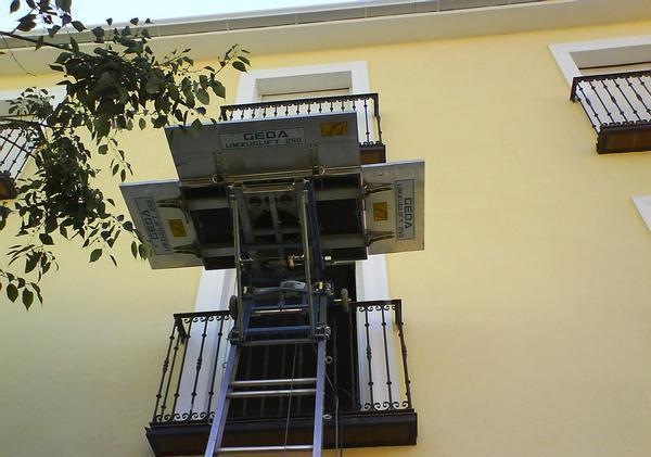 Grua sobre fachada